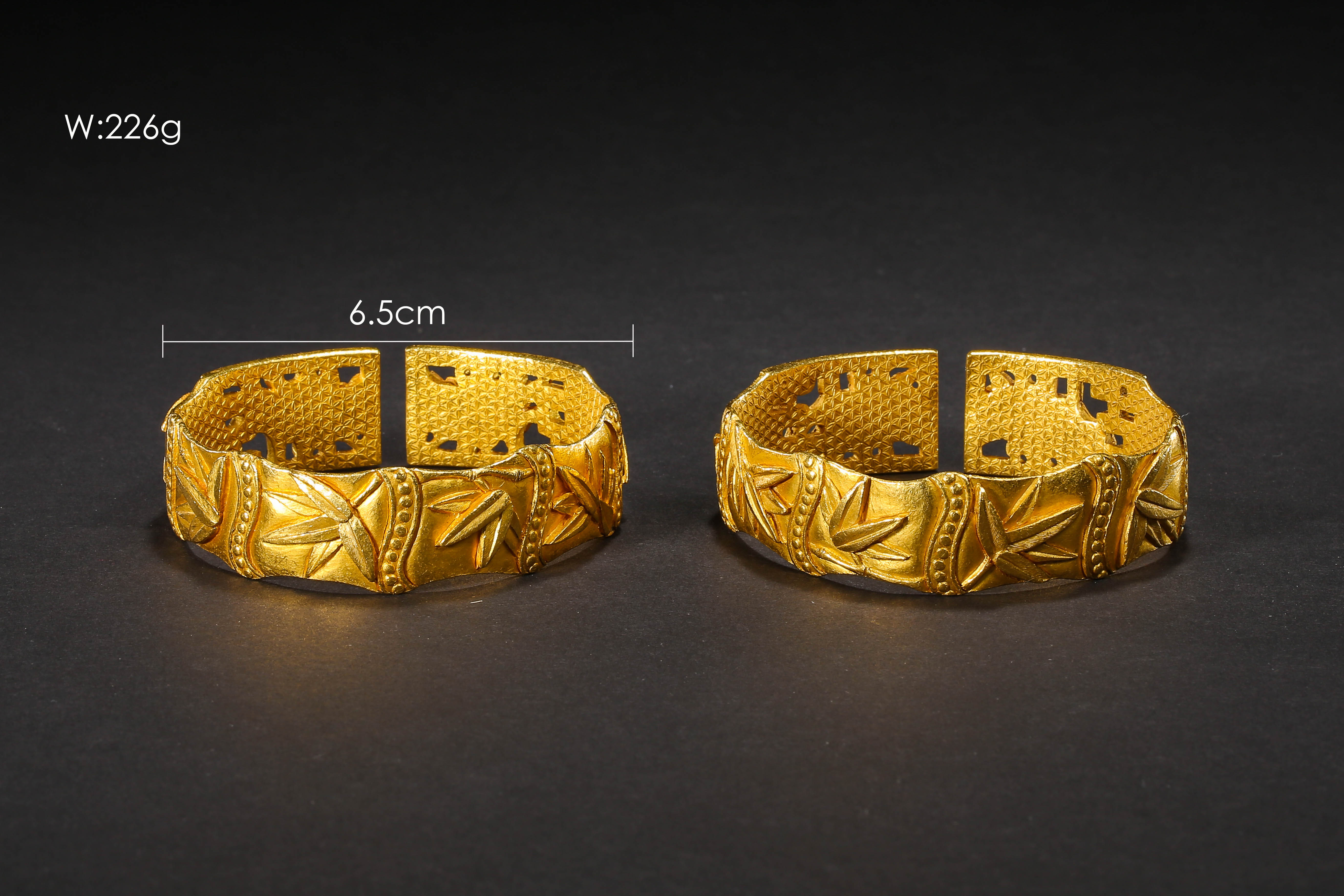 A PAIR OF PURE GOLD BRACELETS, QING DYNASTY, CHINA - Image 2 of 11