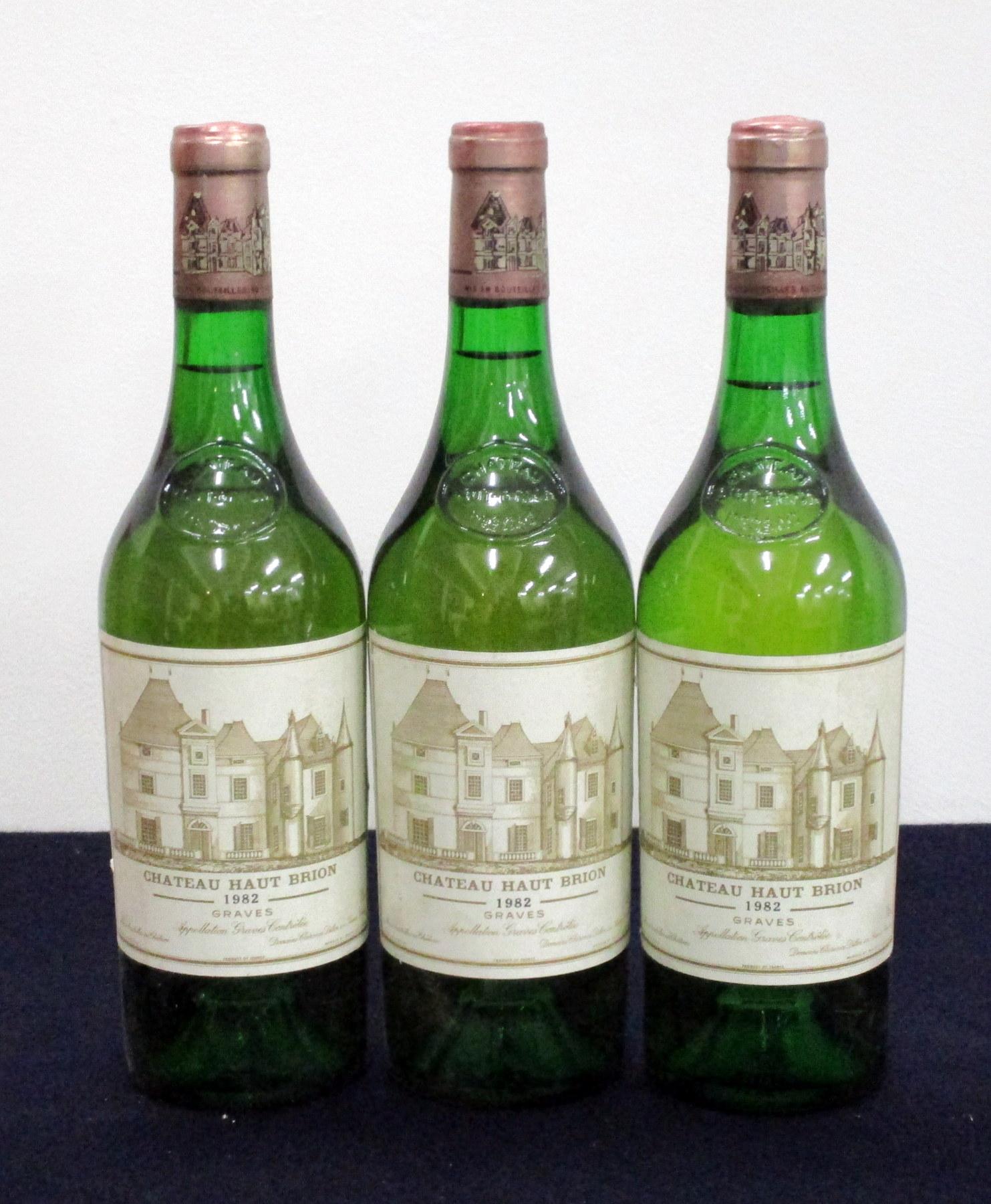 3 bts Ch. Haut Brion (Blanc) 1982 Pessac (Graves), 1er Cru Classé 1 i.n, 1 vts, 1 ts, vsl bs/vsl