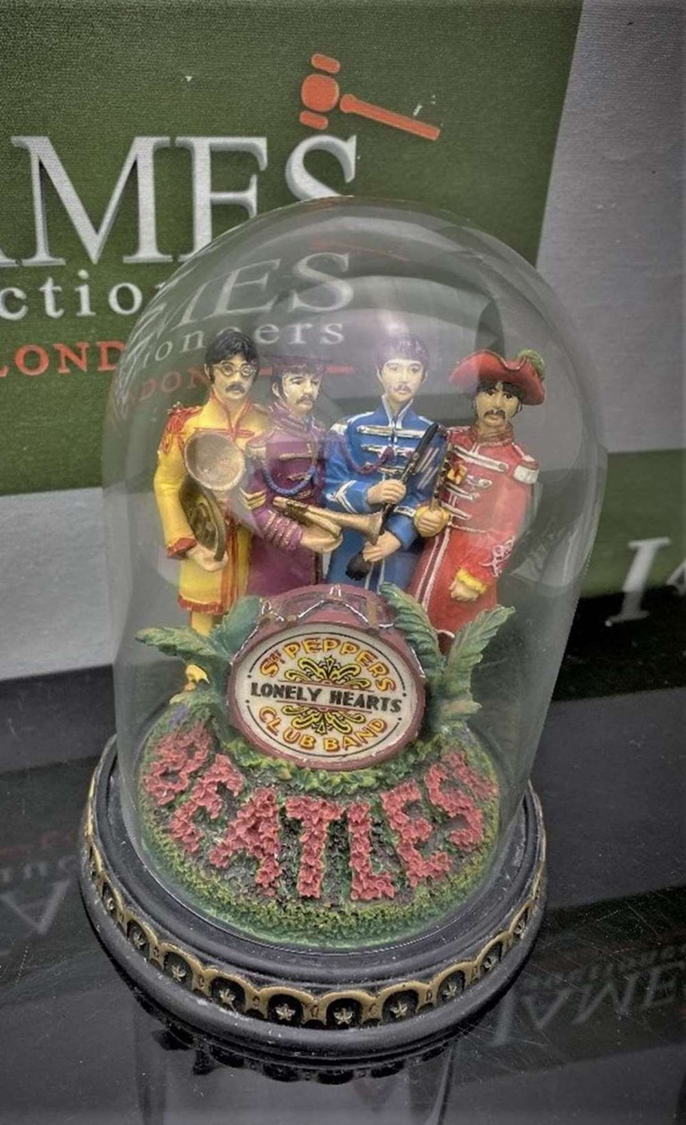 The Beatles 'Sgt Pepper's - Franklin Mint ltd Edition -Lonely Hearts Club Band Figural & Glass Dome - Image 3 of 5