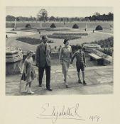 Elisabeth II. Königin von England. Zwei Weihnachtskarten mit eigenhändiger Unterschriften