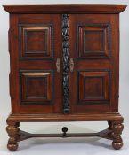 Kabinettschrank18. Jh. Nussbaum. 167,5 x 137 x 54,5 cm. Rest. Auf vier gedrungenen Kugelfüß