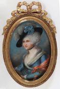 Bildnismaler des 18. Jahrhunderts- Vornehme Dame mit Hut - Pastell. 30,2 x 21 cm (oval). Zier