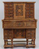 AufsatzsekretärFrankreich, um 1840. Nussbaum. Obstholz. 169 x 122 x 71 cm. Auf sechs gedrung