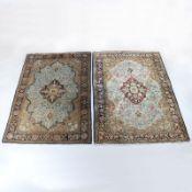 Paar Teppiche Ghom, Zentralpersien. Seide. Je ohne / mit Fransen ca. 155 / 159 x 107 u. 110 c