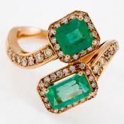 Toi-et-Moi Ring mit Smaragden und Brillanten 585/- Roségold, gestemp. Gewicht: 6,3 g. 2 Smar