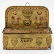 Wandschatulle 19. Jahrhundert. Messing und Kupfer. 7 (14) x 17 x 7,4 cm. Etw. rest., leichte