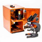 Durchlicht-Mikroskop Carl Zeiss Jena. H. eingefahren: 32,5 cm. Binokulartubus. Nrn. 44748 & 2
