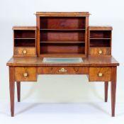 Seltener Biedermeier Schreibtisch Norddeutschland, um 1820. Mahagoni. Obstholz. 134 x 149 x 8