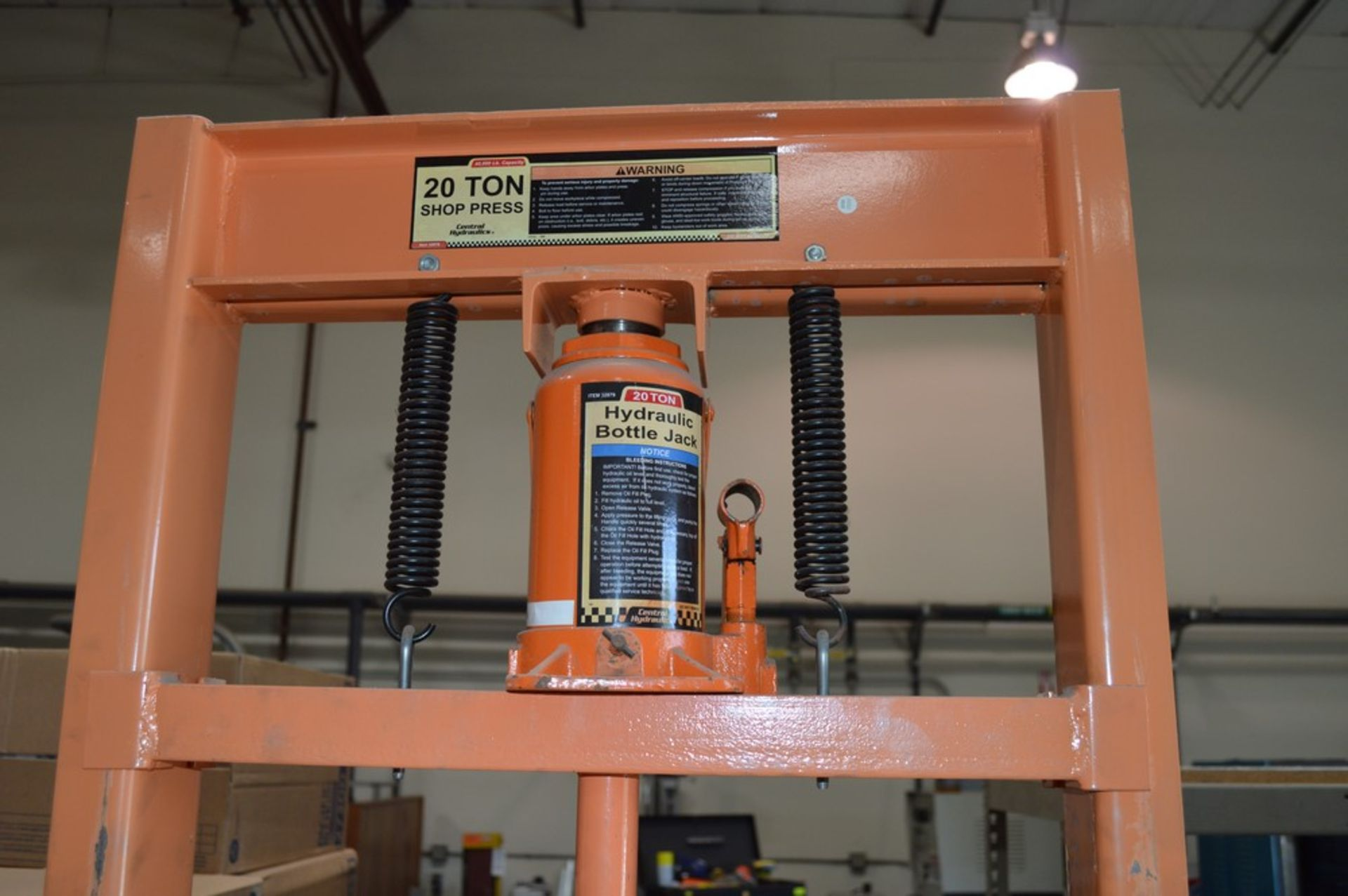 Central Hydraulics 20 Ton shop press, small steel table - Image 4 of 4