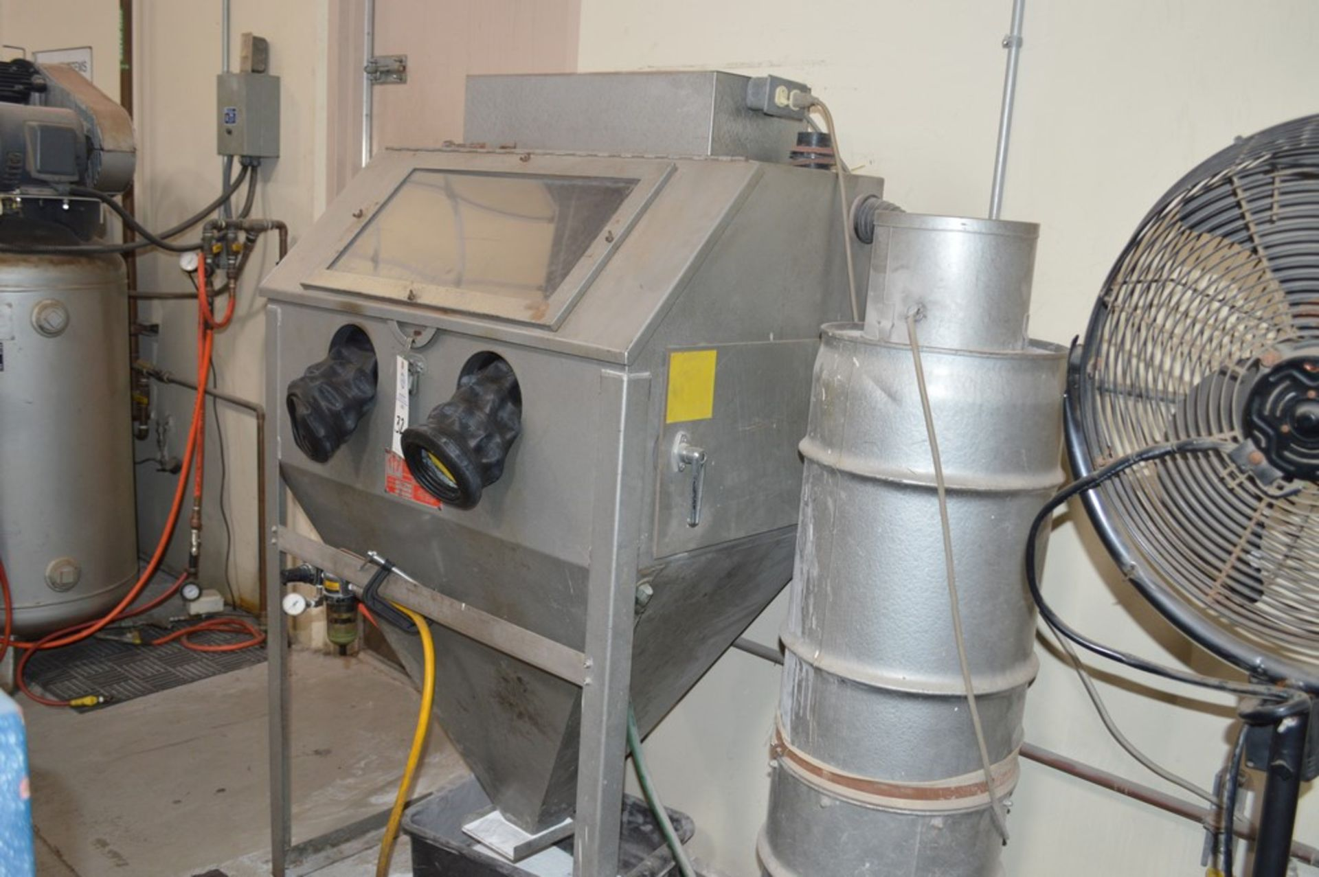 Trinco dry blast cabinet 36/BP-2 with air filter and gloves - Image 3 of 5