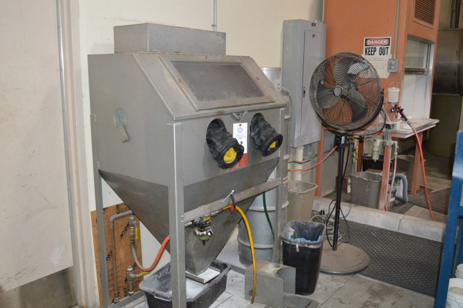Trinco dry blast cabinet 36/BP-2 with air filter and gloves - Image 5 of 5