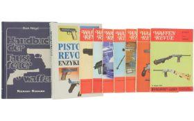 """Konvolut 2 Bücher und 7 Hefte """"Waffen Revue"""""""