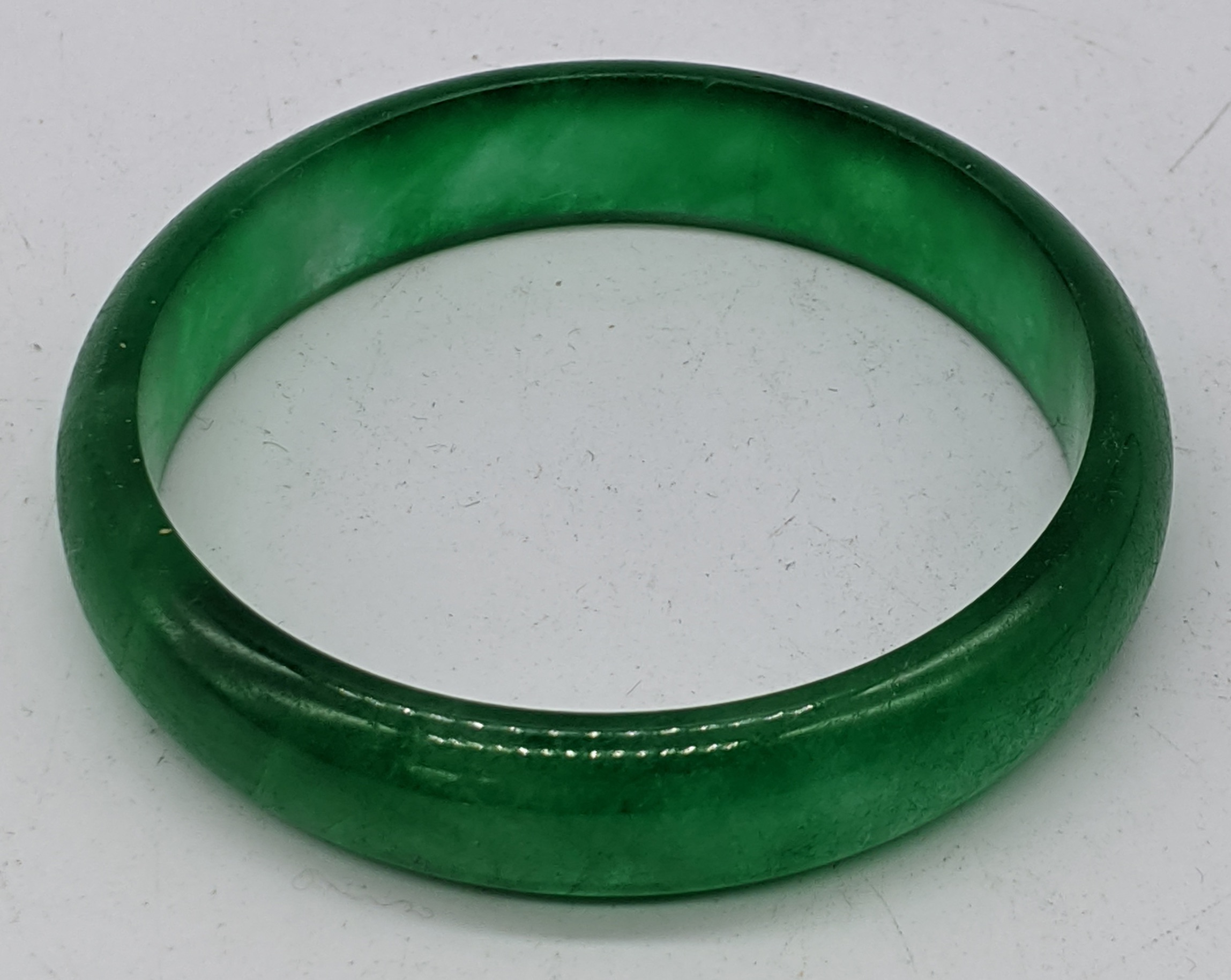 A green jade bangle, D.7cm
