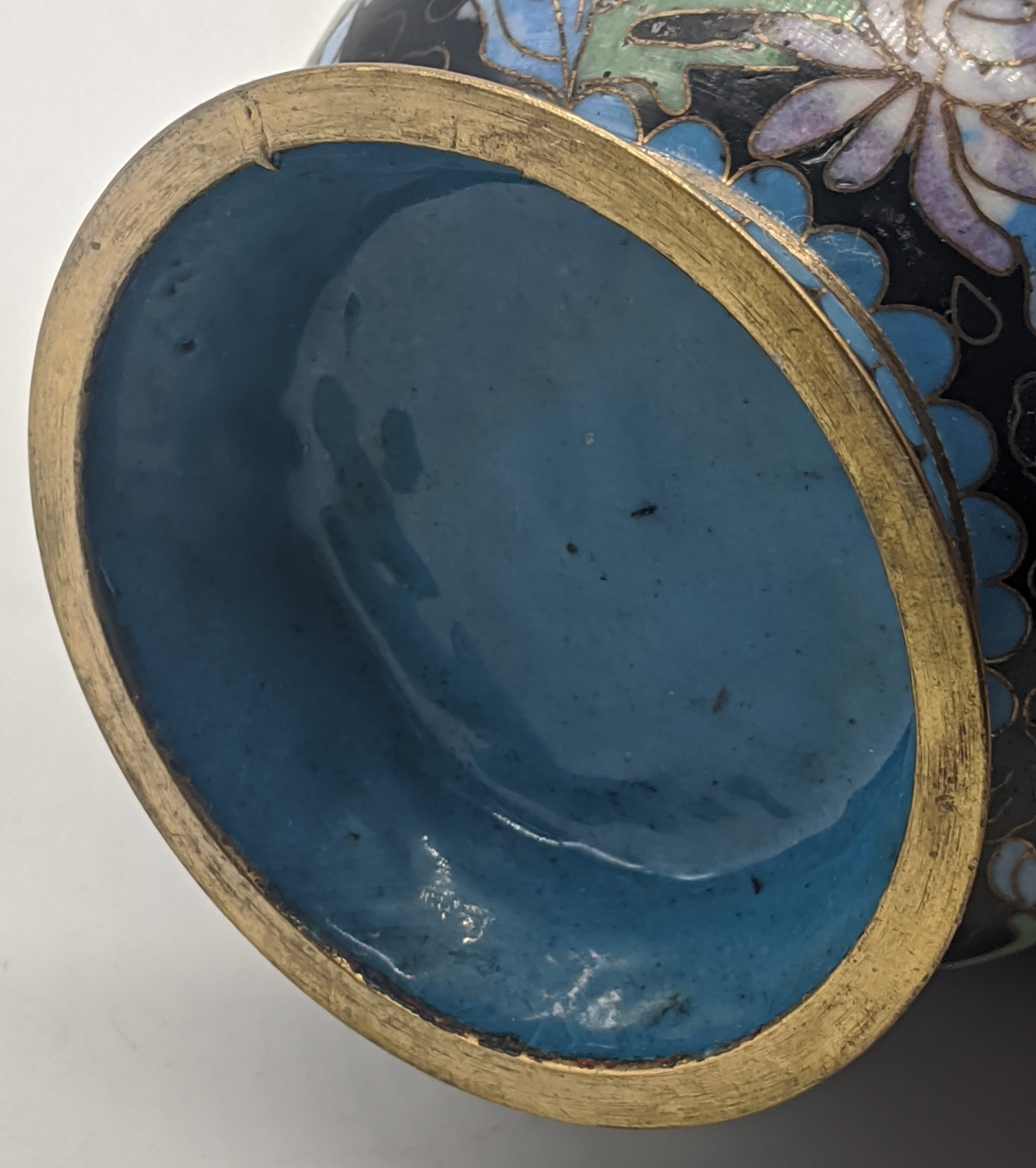 A late 19th/early 20th century Chinese cloisonne enamel brush pot, H.8.5cm - Image 2 of 3