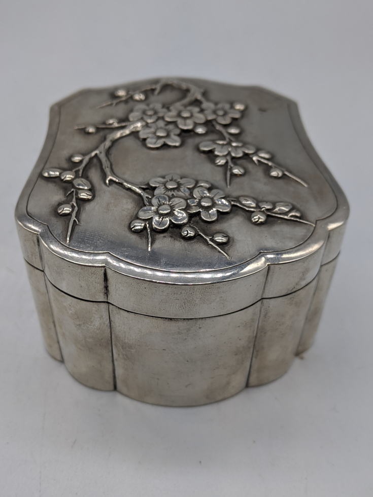 A Chinese export silver box, embossed with lotus, marks to base, 160g, H.4.5cm L.8cm