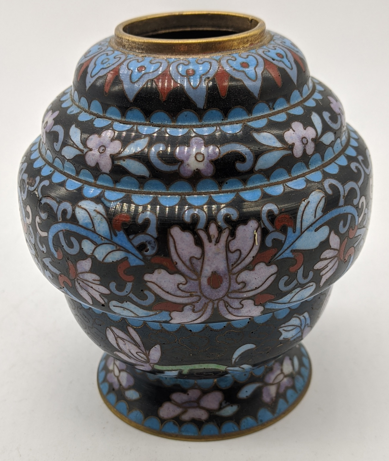 A late 19th/early 20th century Chinese cloisonne enamel brush pot, H.8.5cm