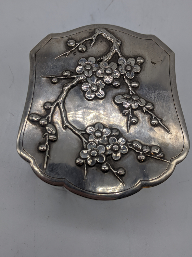 A Chinese export silver box, embossed with lotus, marks to base, 160g, H.4.5cm L.8cm - Image 5 of 5