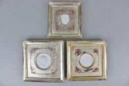 3 Medaillons aus Biskuit-Porzellan