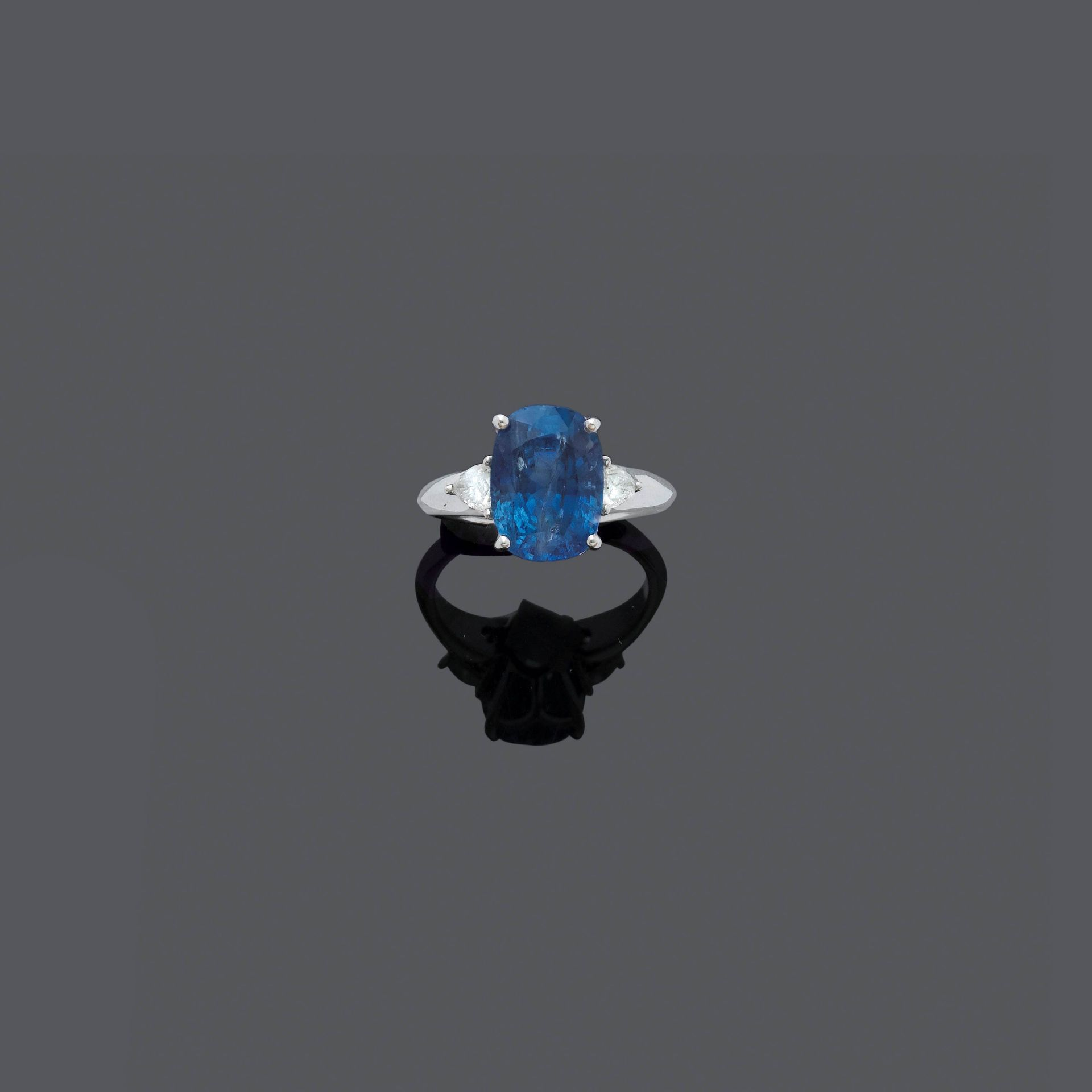 BURMA SAPPHIRE AND DIAMOND RING.