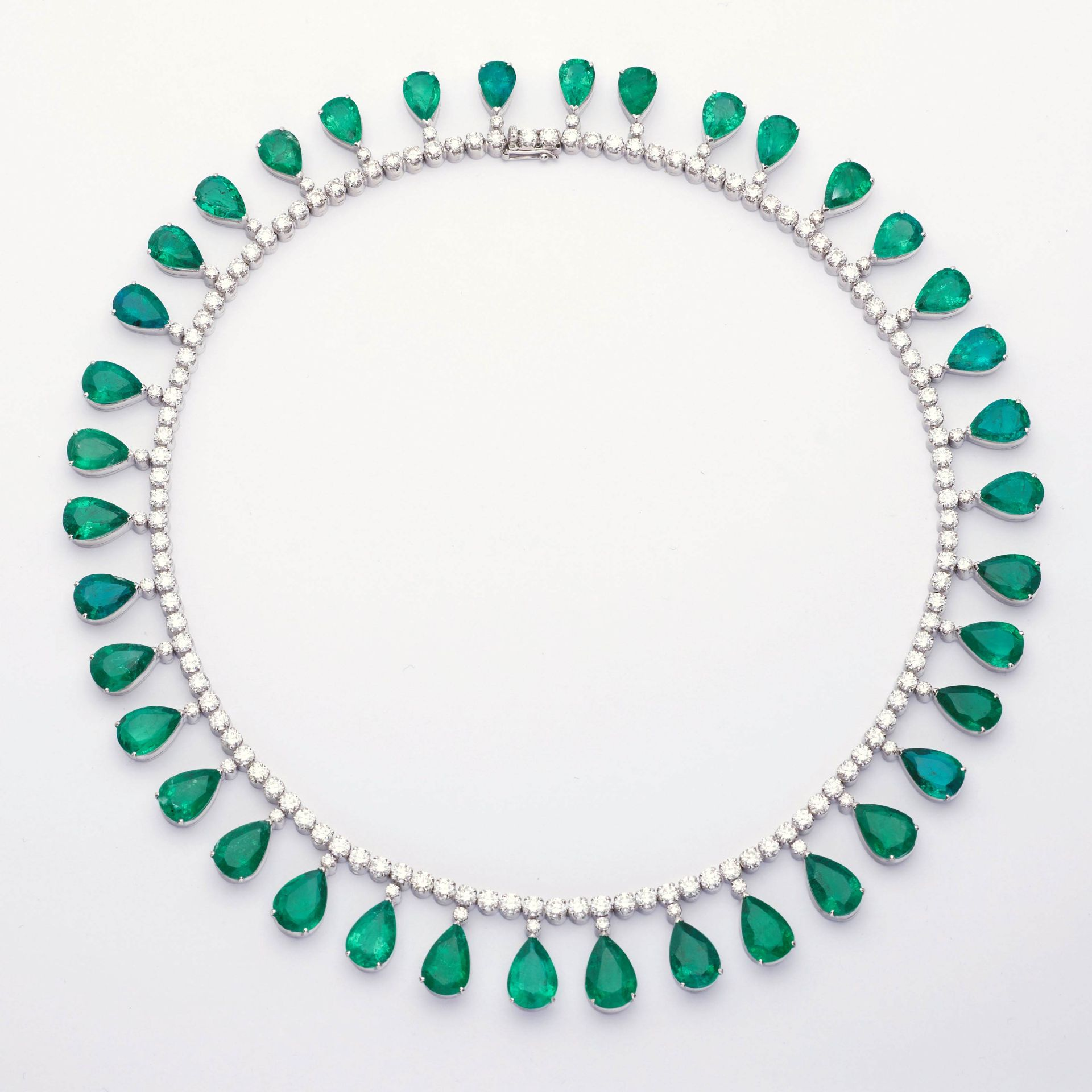 EMERALD AND DIAMOND NECKLACE. - Image 2 of 3