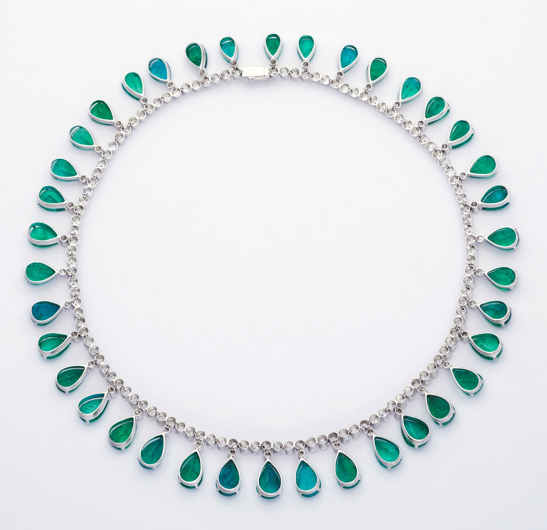 EMERALD AND DIAMOND NECKLACE. - Image 3 of 3