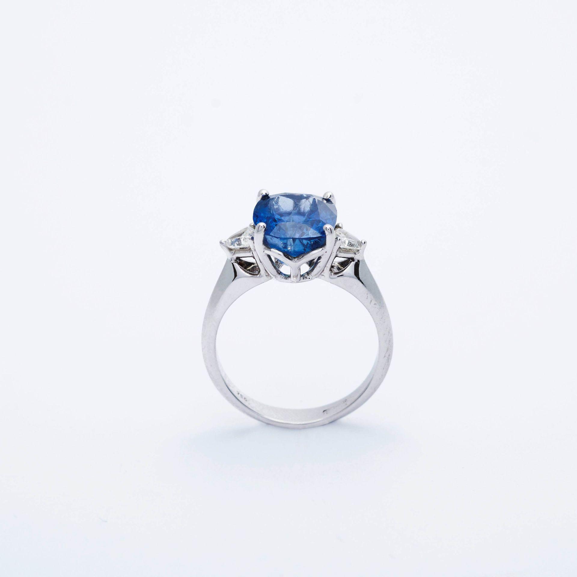 BURMA SAPPHIRE AND DIAMOND RING. - Image 4 of 5