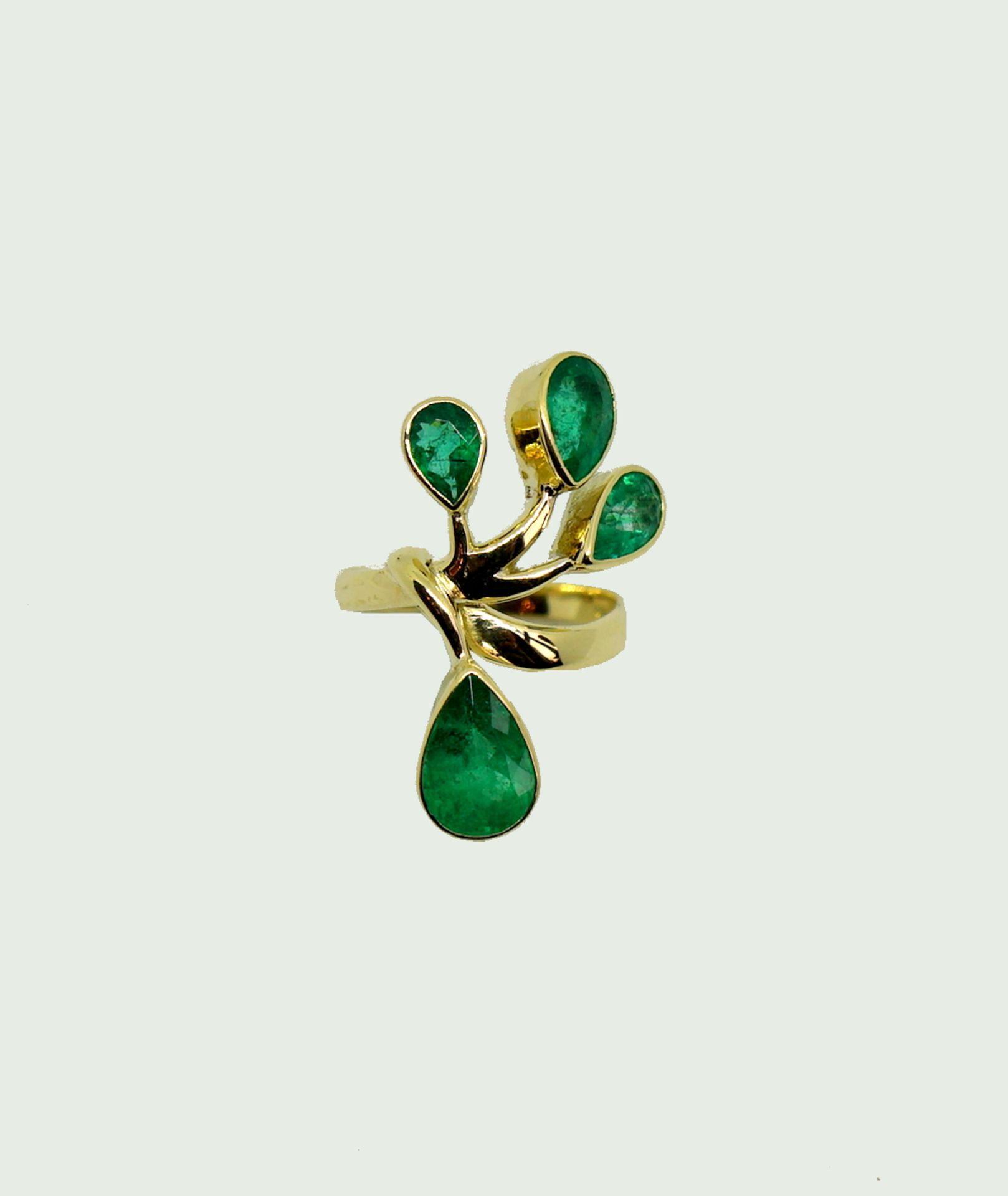 Außergewöhnlicher Smaragdring18 K Gelbgold. Damenring in Blumenform, besetzt mit 4 k