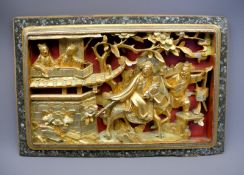 Chinesisches WandpaneelHolz geschnitzt, in verschiedenen Goldtönen gefärbt, auf rote