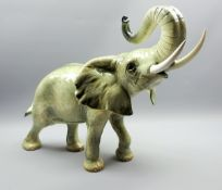 Goebel, Großer ElefantPorzellan, am Boden mit Manufakturmarke gekennzeichnet. Figur e
