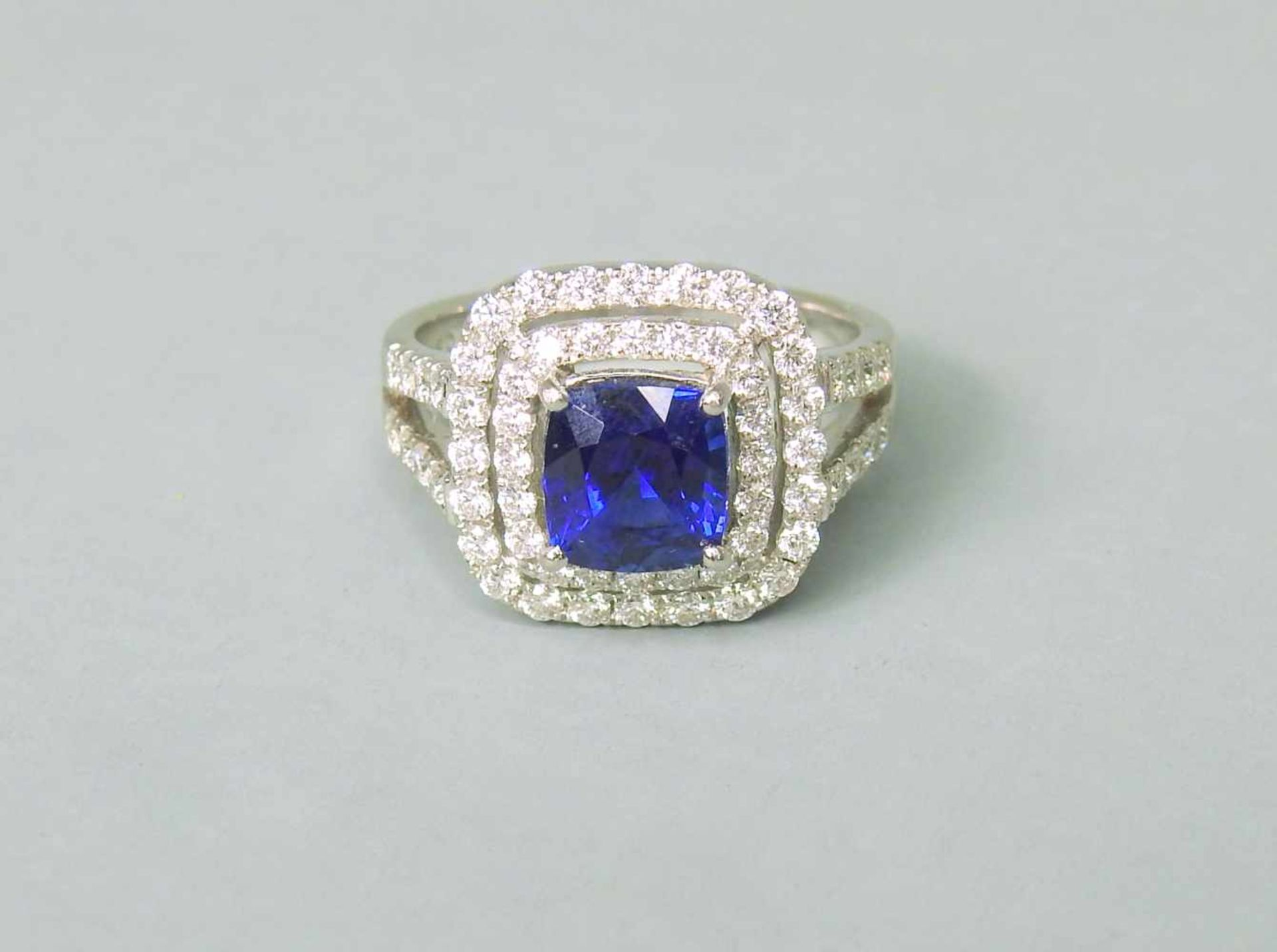 Hochwertiger SaphirringPlatin. Quadratischer Ringkopf, aus 2-reihigen Diamanten von zu - Image 5 of 7