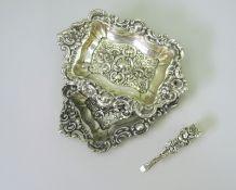 Kleines KonvolutMessing, teils versilbert/Silber 800. Zuckerzange mit Feingehaltsstemp