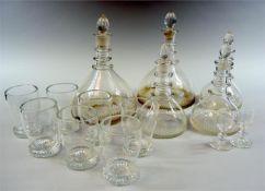 Feines GlasserviceGlas. Service bestehend aus 2 großen Karaffen, 3 kleinen Karaffen,