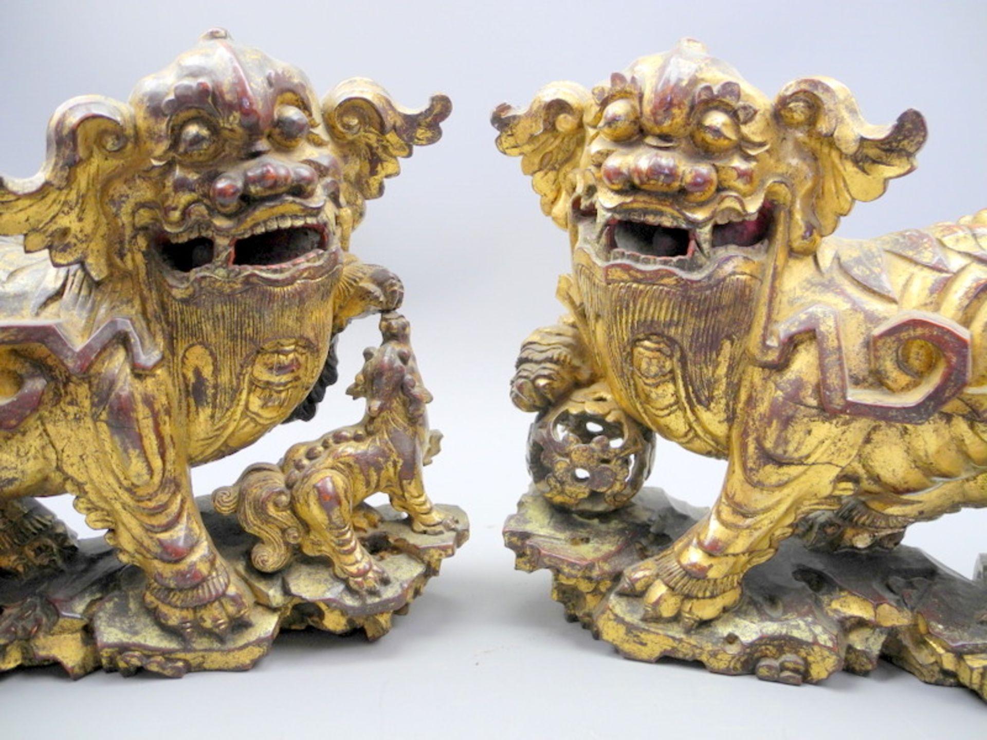 Hochwertiges Paar Fo-HundeHolz geschnitzt, vergoldet. Zwei Fo-Hunde als Gegenpaar in f - Image 2 of 2