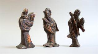 Darstellung drei MöncheHolz geschnitzt, stehende Mönche in verschiedenen Haltungen.