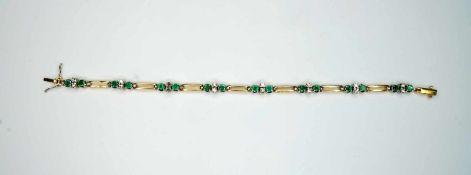 Damenarmband18 K Weiß- und Gelbgold. Feingegliedertes Armband. Smaragde und Diamanten