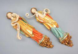 Paar AssistenzfigurenHolz geschnitzt, polychrom gefasst, teilweise vergoldet. Zwei Wan