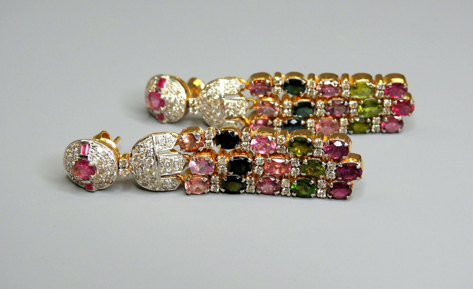 Paar Prunkohrhänger mit Diamant- und Farbsteinbesatz18 K. Gelbgold. Diamantbesatz, da
