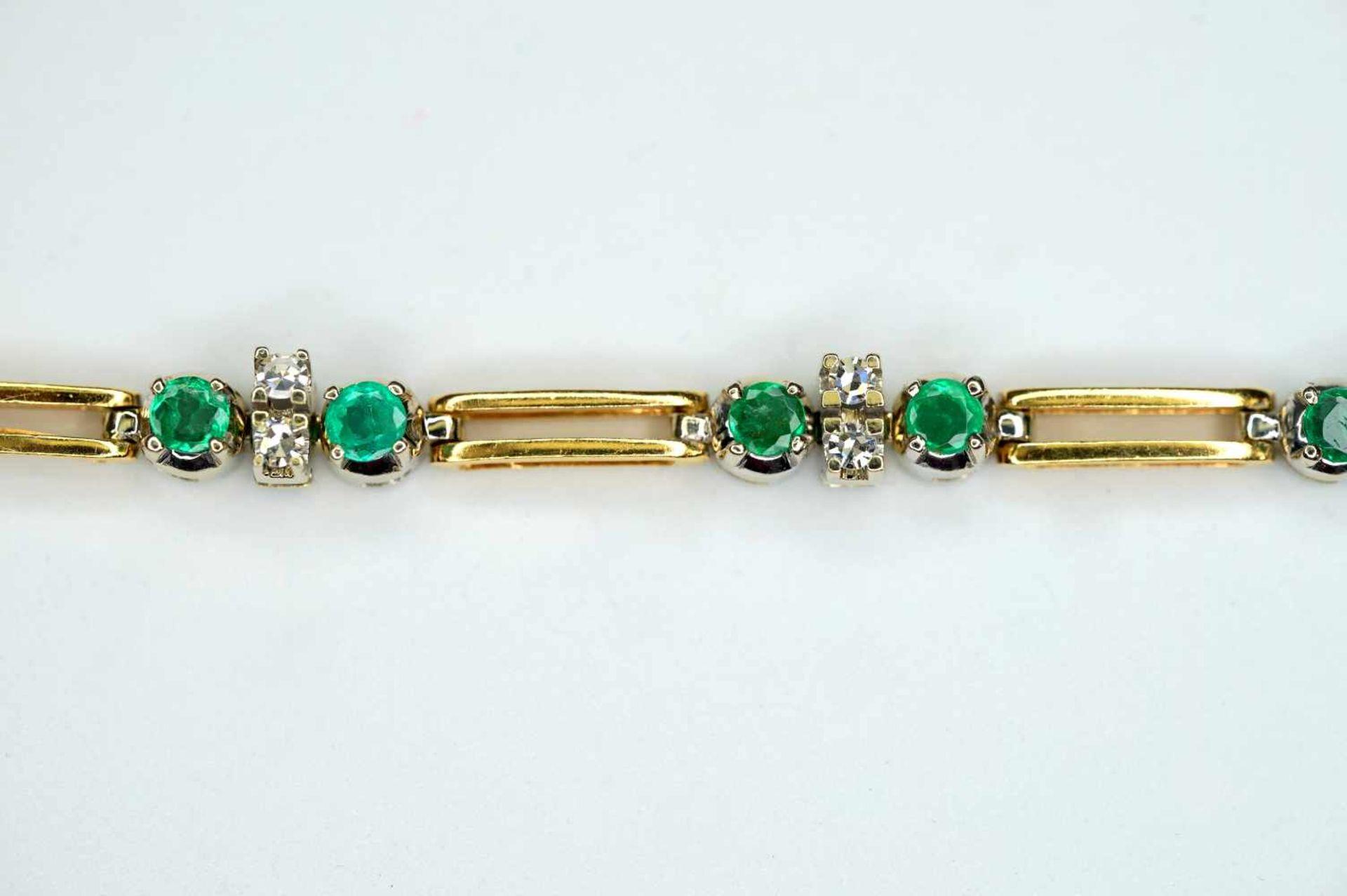 Damenarmband18 K Weiß- und Gelbgold. Feingegliedertes Armband. Smaragde und Diamanten - Image 2 of 2