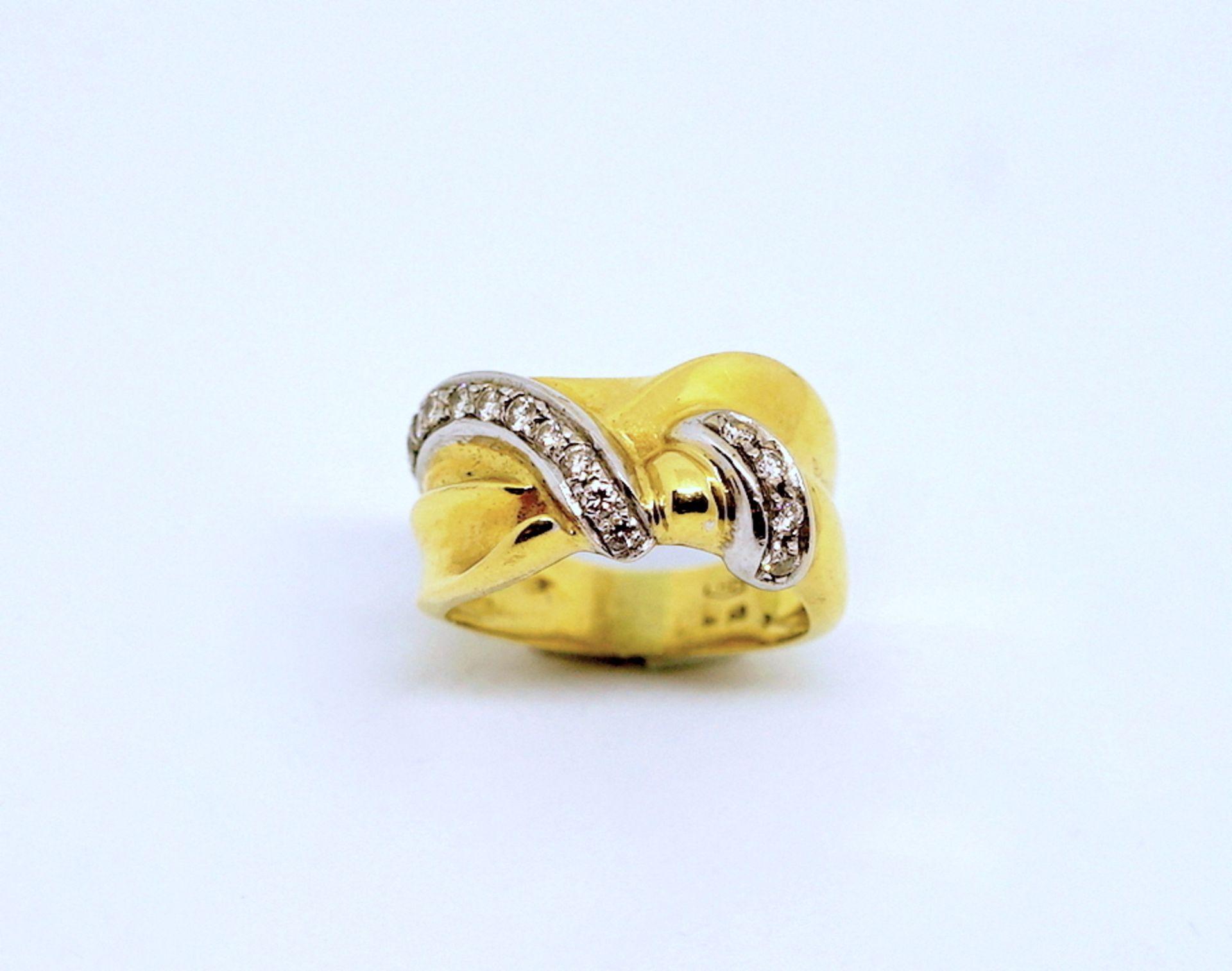 Massiver Damenring18 K Gelbgold. Knotenförmiger Damenring besetzt mit zus. ca. 0,40 c