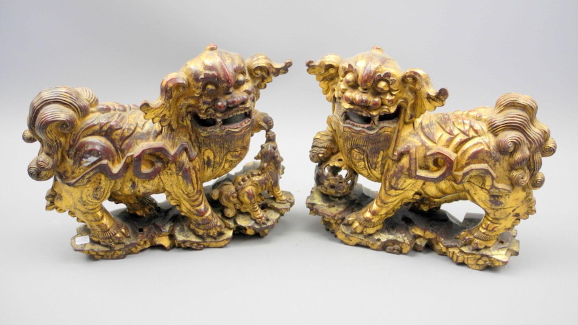 Hochwertiges Paar Fo-HundeHolz geschnitzt, vergoldet. Zwei Fo-Hunde als Gegenpaar in f