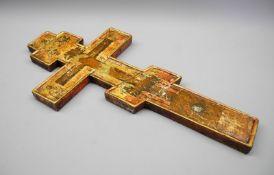 Russisches KreuzHölzernes Kreuz mit erhöhtem Rand, polychromer Bemalung und Goldstaf