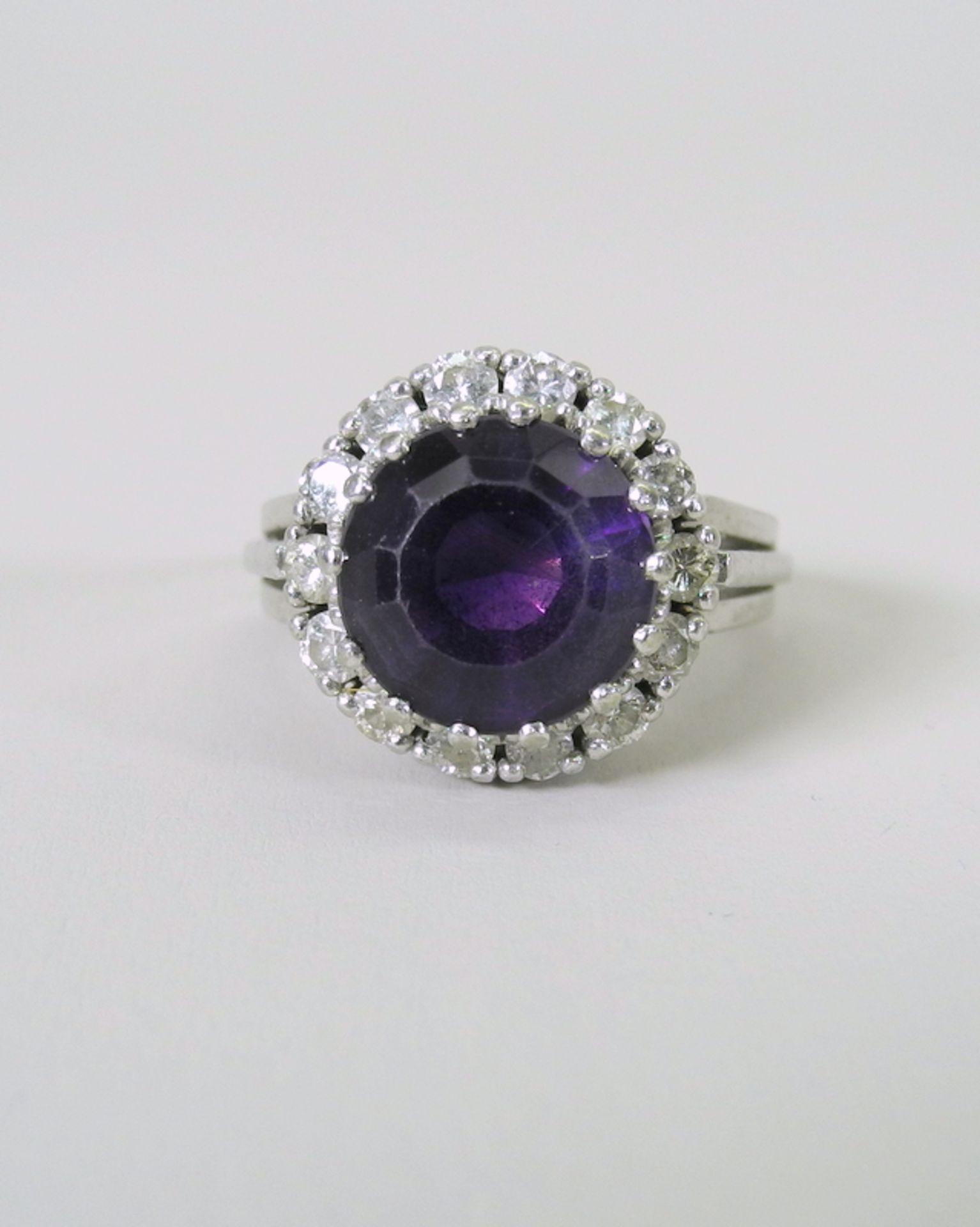 Großer Amethyst-Diamant-Ring14 K. weißgoldener Diamant-Ring mit einem Zentralstein A