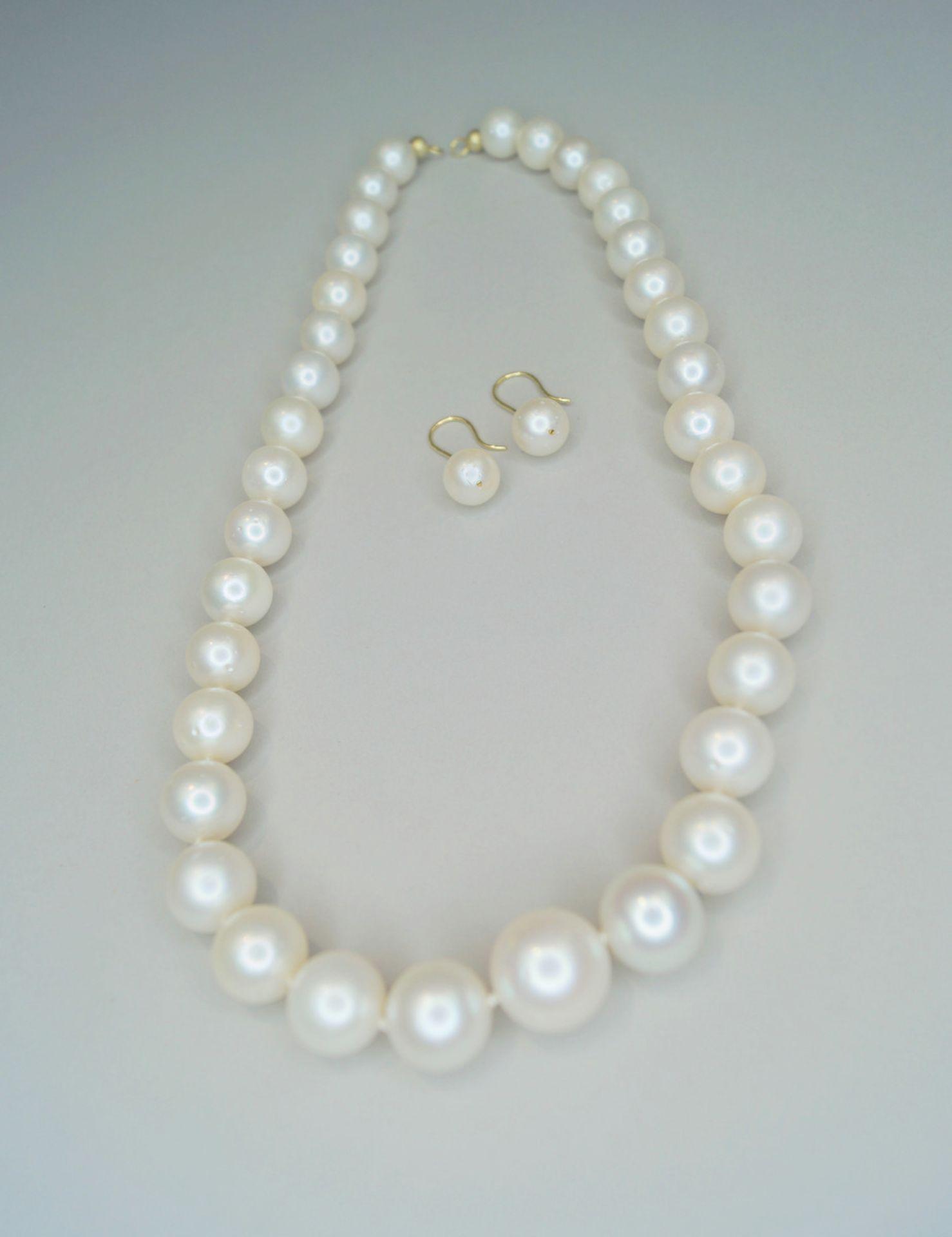 Große PerlenketteMit zur Mitte hin größer werdenden Zuchtperlen, dazu die passenden