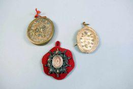Breverl-KonvolutDie Sammlung besteht aus 3 kleinen Teilen mit Reliquien verschiedener