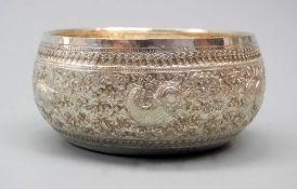 Silberne verzierte SchaleSilber, am Boden mit wohl hebräischer Punze versehen. Die ru