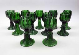 Elf WeinrömerSmaragdgrünes Glas. Nach unten offener, gerippter Fuß, bzw. Schaft auf