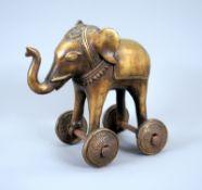 SpielzeugelefantBronze, gold patiniert. Bronzeskulptur eines Spielzeugelefanten auf vi