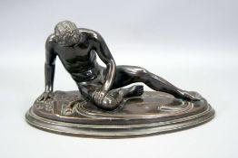 Römischer KriegerBronze, schwarz patiniert. Auf ovalem Sockel sitzender, verletzter K