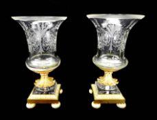 Elegantes Paar Kommodenziervasen Metall, feuervergoldet, mit Glasaufsatz. Das mit Blä