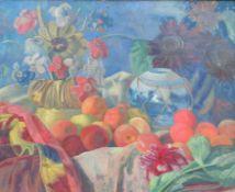 Farbenfrohes Blumen- und Obststillleben Öl/Leinwand. Auf bunten, drappierten Stoffen